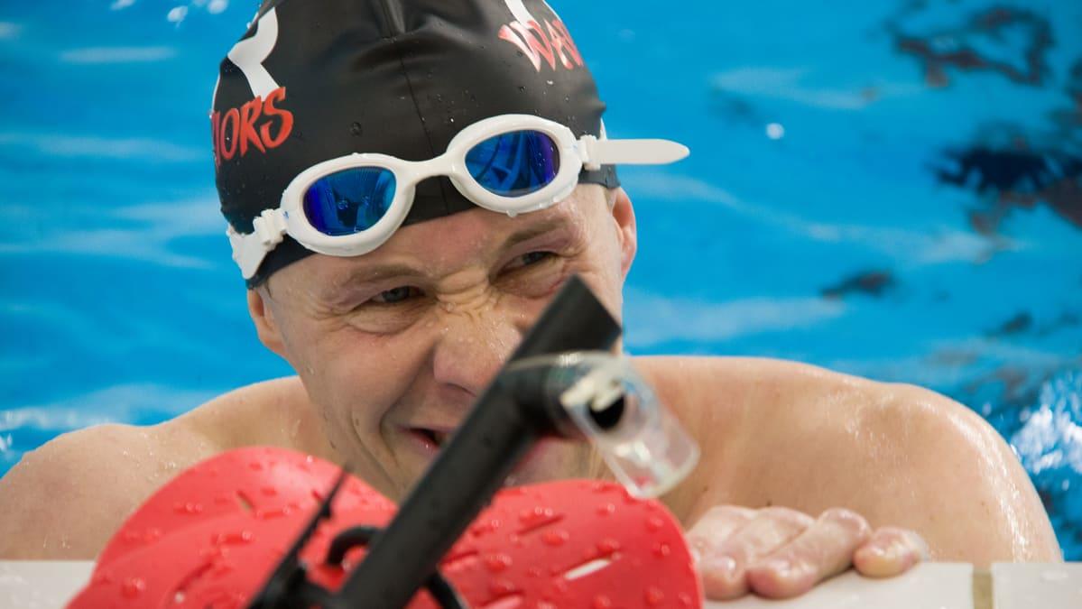 Jussi Lotvonen harjoittelee Raksilan uimahallissa.