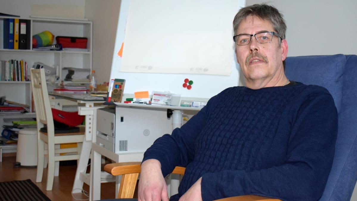 Pariterapeutti Pasi Sillanpää vastaanotollaan