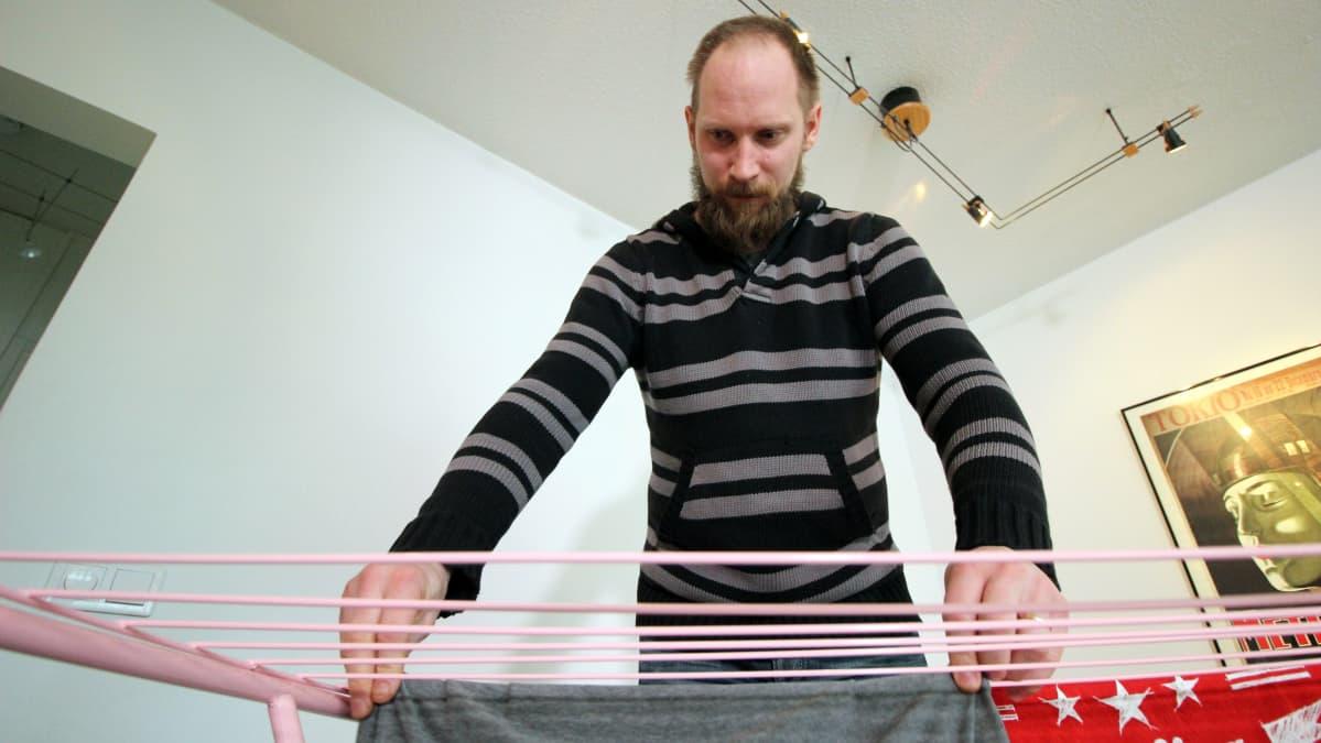 Tomppa Ojava levittää pyykkiä.