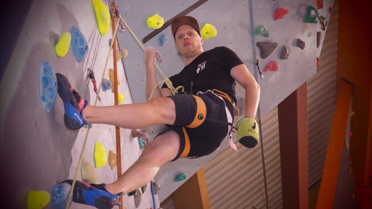Mikko Auvinen kiipeilemässä