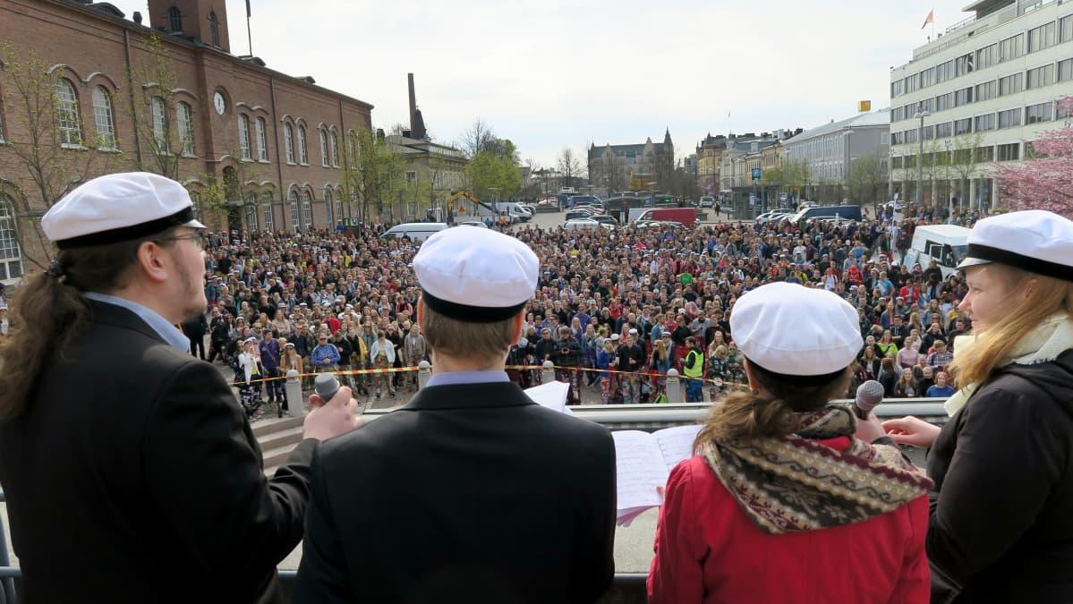 Kuoro esiintyy opiskelijavalatilaisuudessa Tampereella