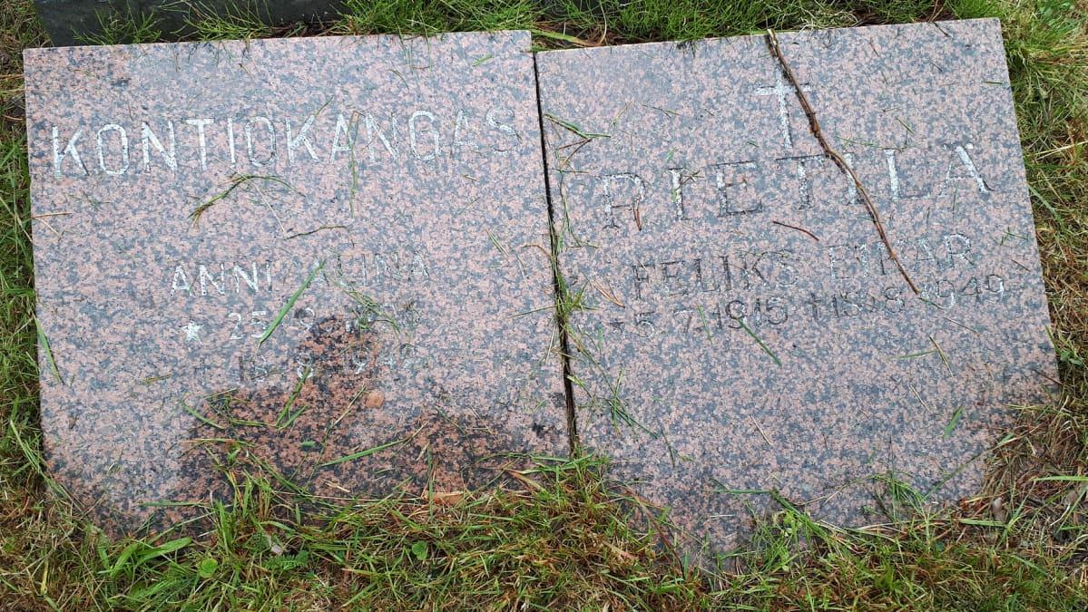 Anni Kontiokankaan ja Felix Pietilän hautakivet Kemin Ristikankaan vapaa-ajattelijoiden hautausmaalla.
