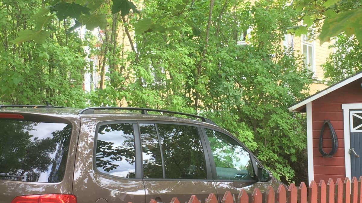 Auton talon pihassa Anttilanmäellä Lahdessa