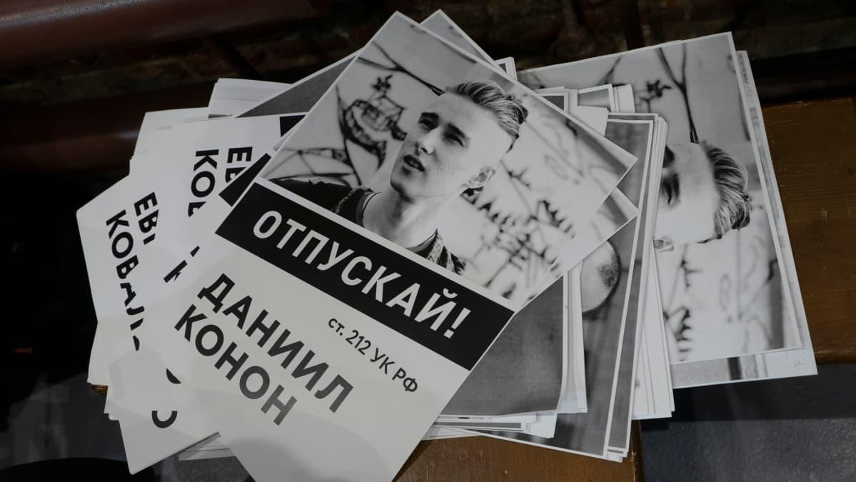 Lehtisiä pidätetystä mielenosoittajasta Daniil Kononista.