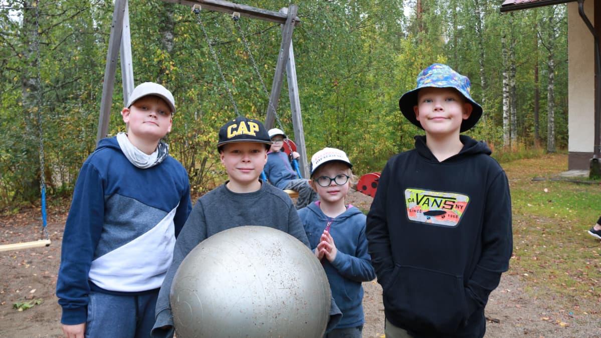 Lapsia Lylykosken kyläkoulun luona.