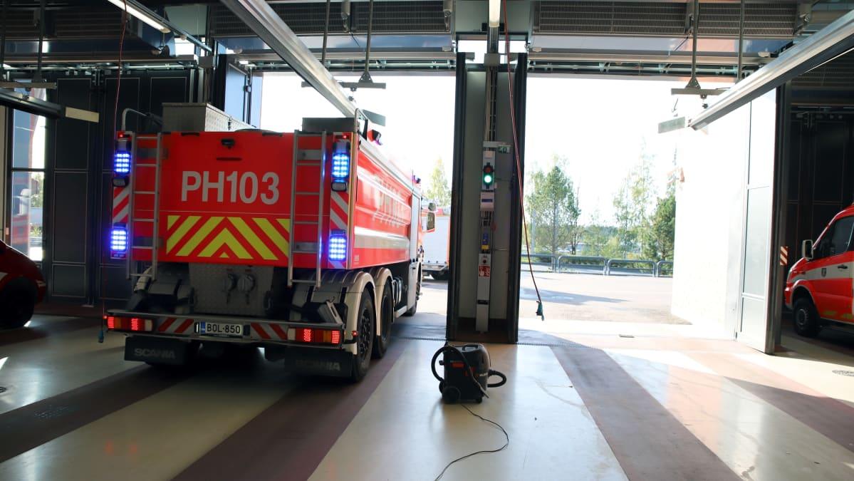 Paloauto lähtee hälytystehtävälle Lahden pääpaloasemalta.