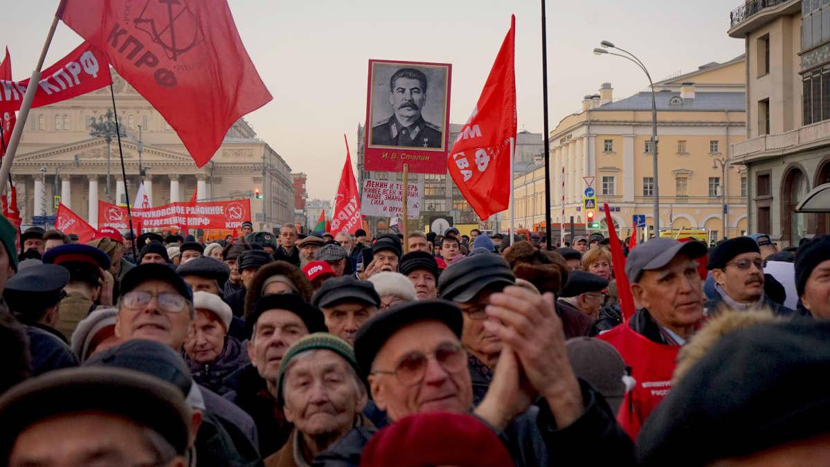 Kommunistit juhlivat lokakuun vallankumouksen vuosipäivää Moskovassa. Venäjän kommunistipuolue on keskittynyt vaalimaan neuvostonostalgiaa, mutta äskettäisissä aluevaaleissa puolue sai protestiääniä, kun kansan tyytymättömyys vallanpitäjiin kasvaa