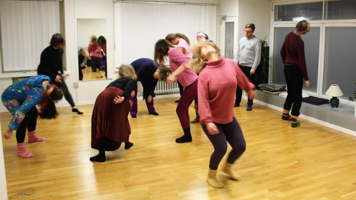 Tanssi-liiketerapiaa Minna Canthin kulmassa.