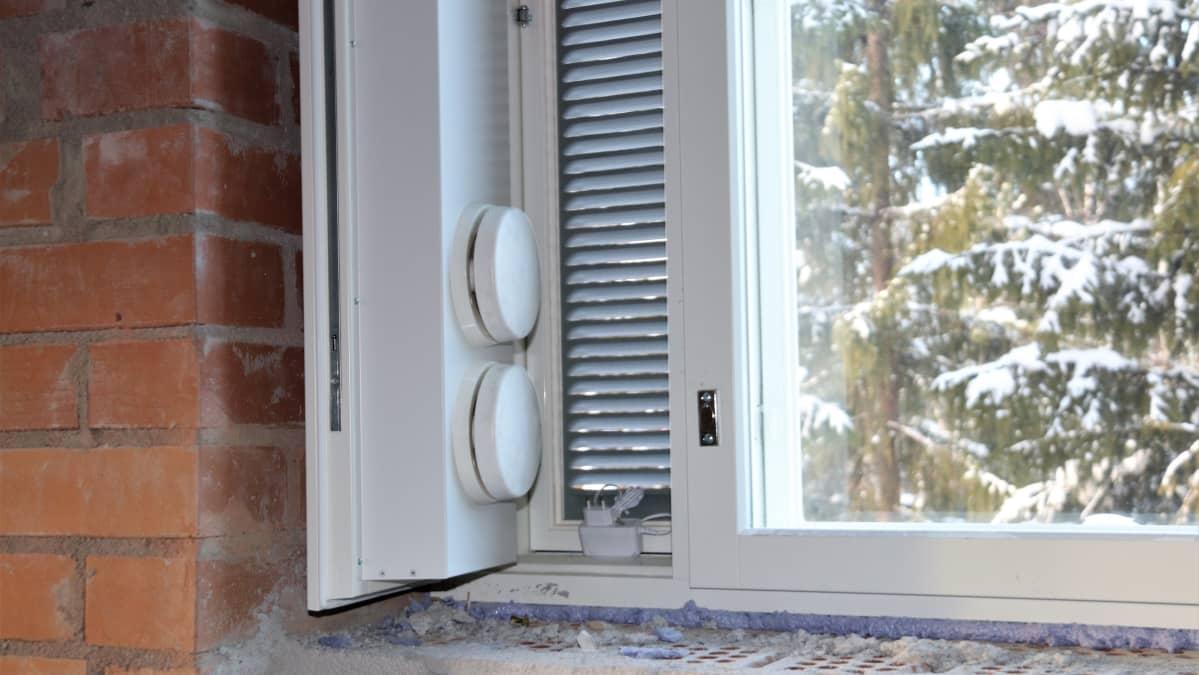 Painovoimaisella ilmanvaihdolla toteutetussa tuuletusikkunassa tuloilma lämmitetään ennen sisääntuloa.