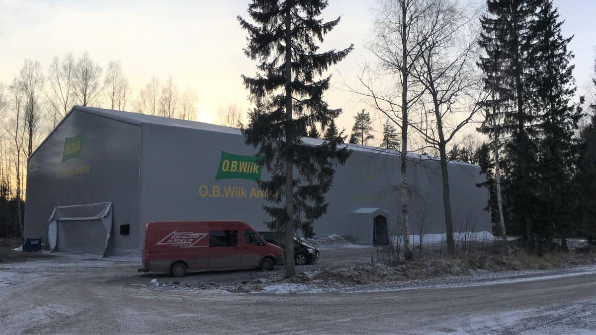 Kevytrakenteinen padel-halli Sepänkylässä, Mustasaaressa.