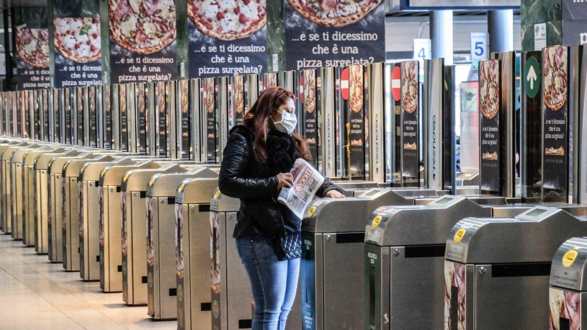 Milanon Cadorna asema melkein tyhjillään aamun ruuhka-aikana 24. helmikuuta.