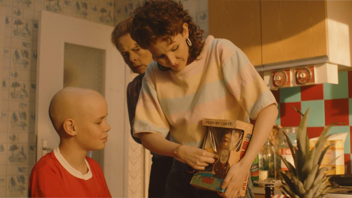 Johanneksen äitiä näyttelevä Nika Savolainen on valmistunut näyttelijäksi Moskovassa.
