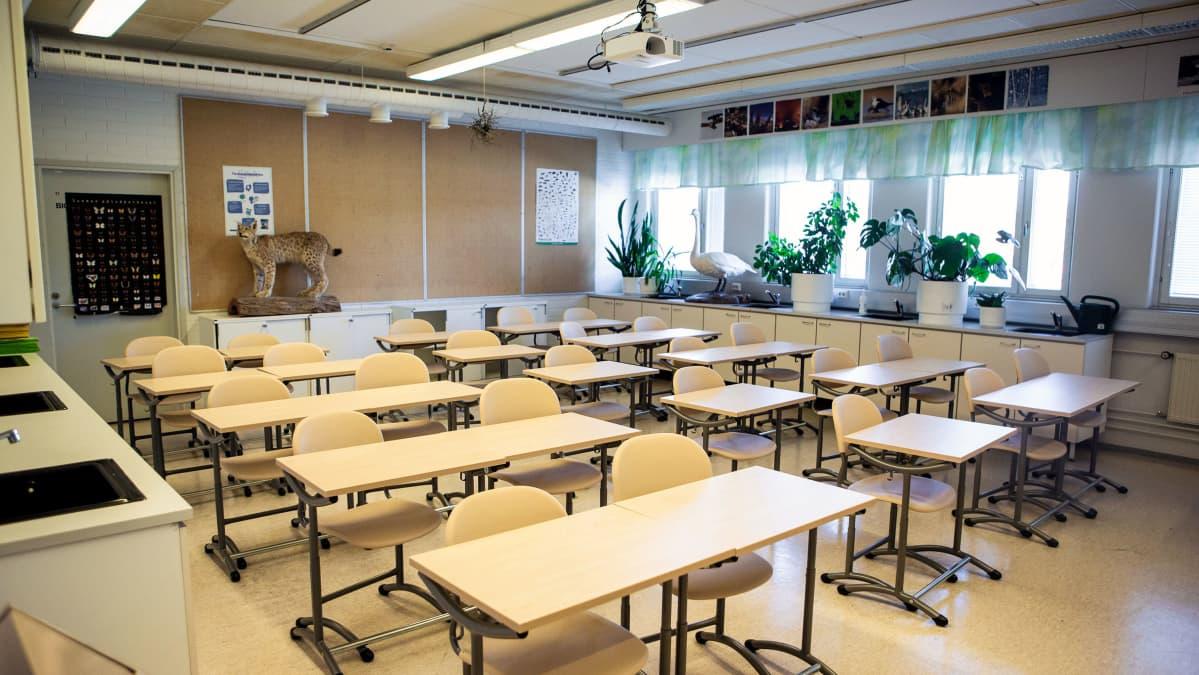 Tyhjä luokkahuone Vesilahden yhtenäiskoulussa.