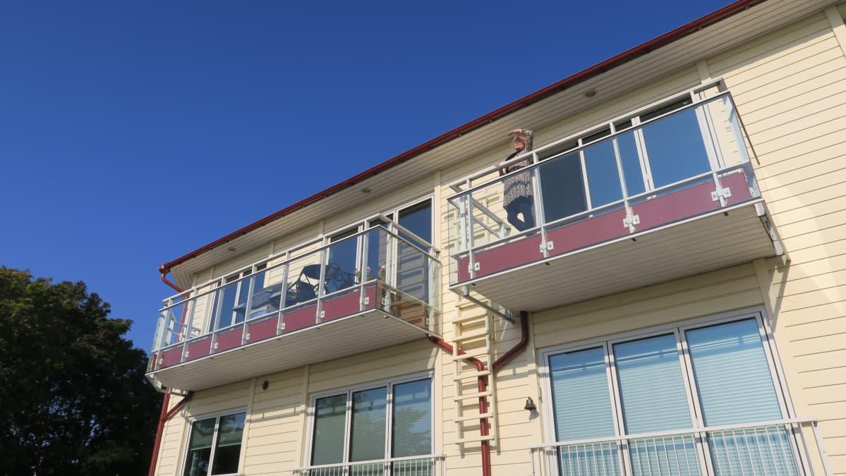 Kiinteistönvälitysyrittäjä Nana Hyry vasta myyntiin tulleen asunnon parvekkeella.  Hän uskoo, että tämäkin yli puolen miljoonan euron asunto vaihtaa omistajaa nopeasti.