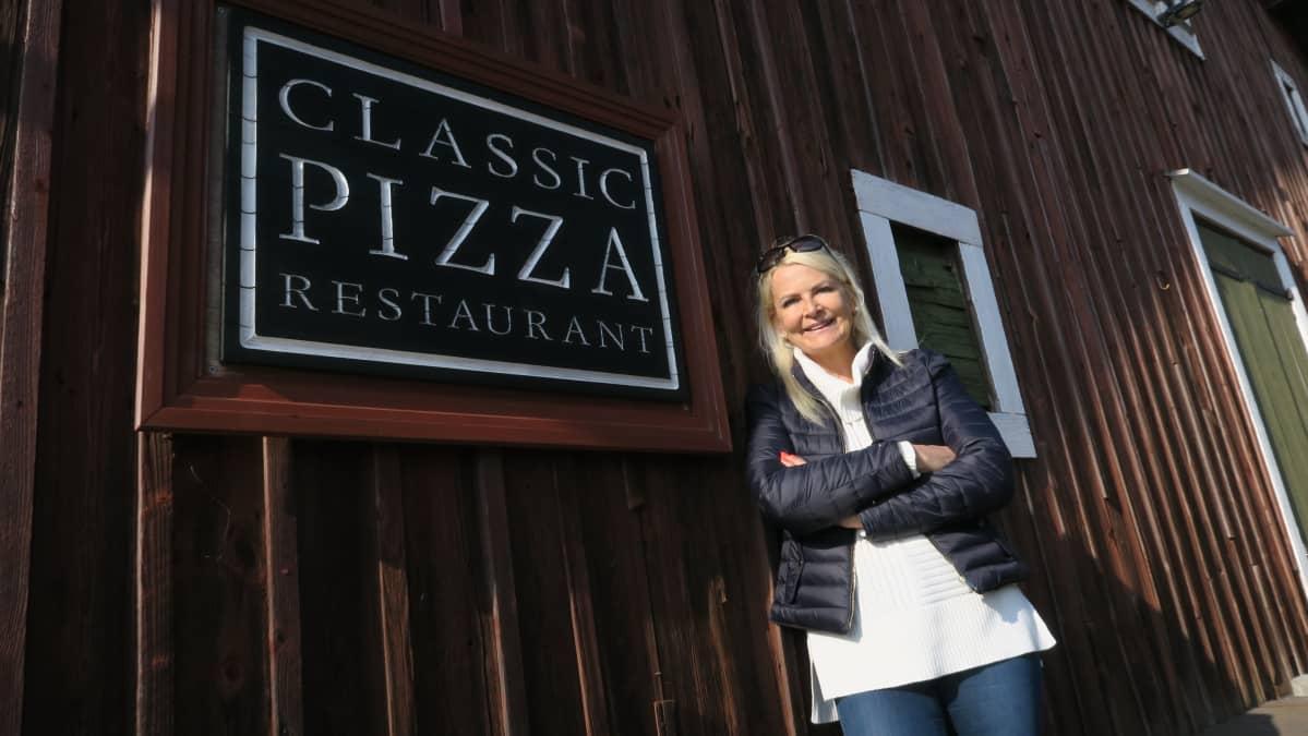 Classic Pizza Restaurant on toiminut Hangon Itäsatamassa 25 vuotta. Portailla ketjun laatu- ja kehitysjohtaja Merja Rahkola-Toivanen.