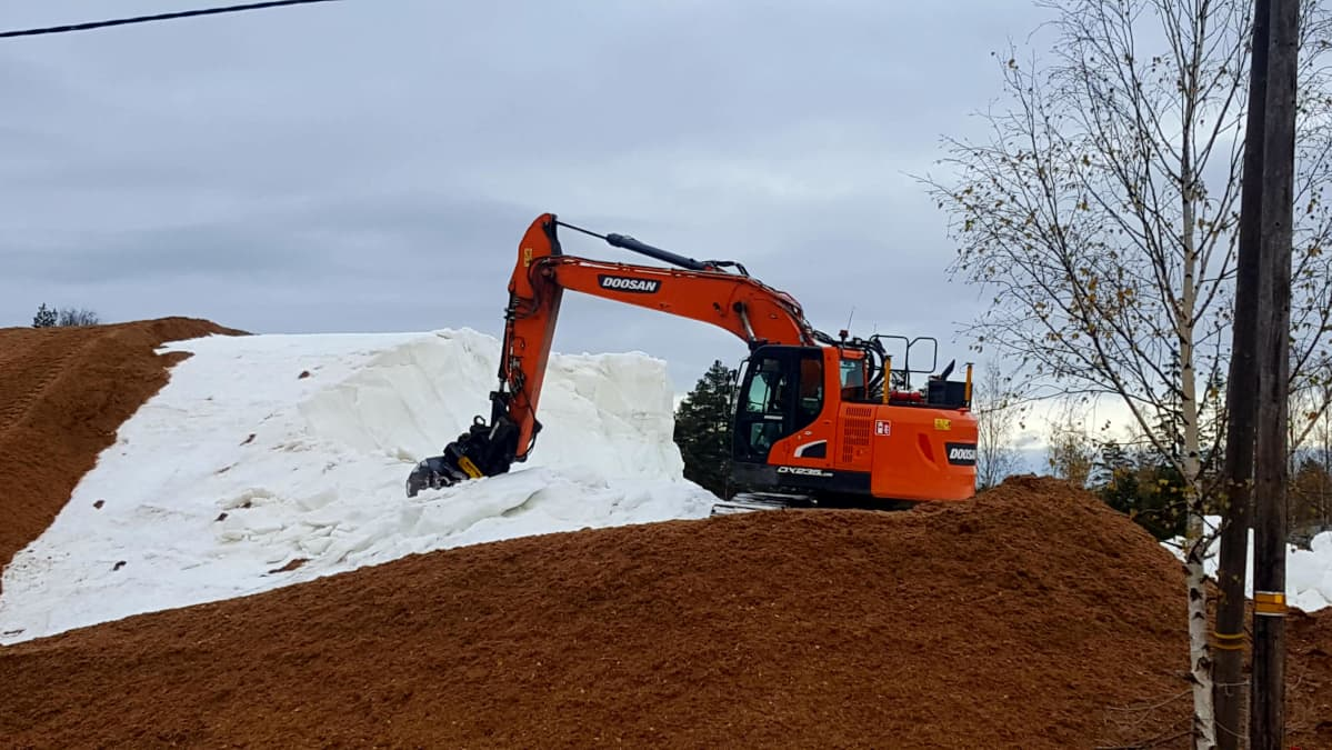 Kuva Imatran Ukonniemen varastolta. Lunta on ollut varastoituna yhteensä 50 000 kuutiota.