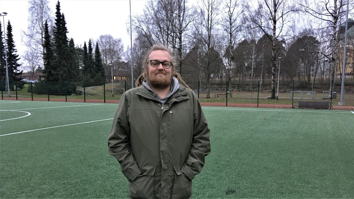 Jesse Ojala seisoo kentän laidalla
