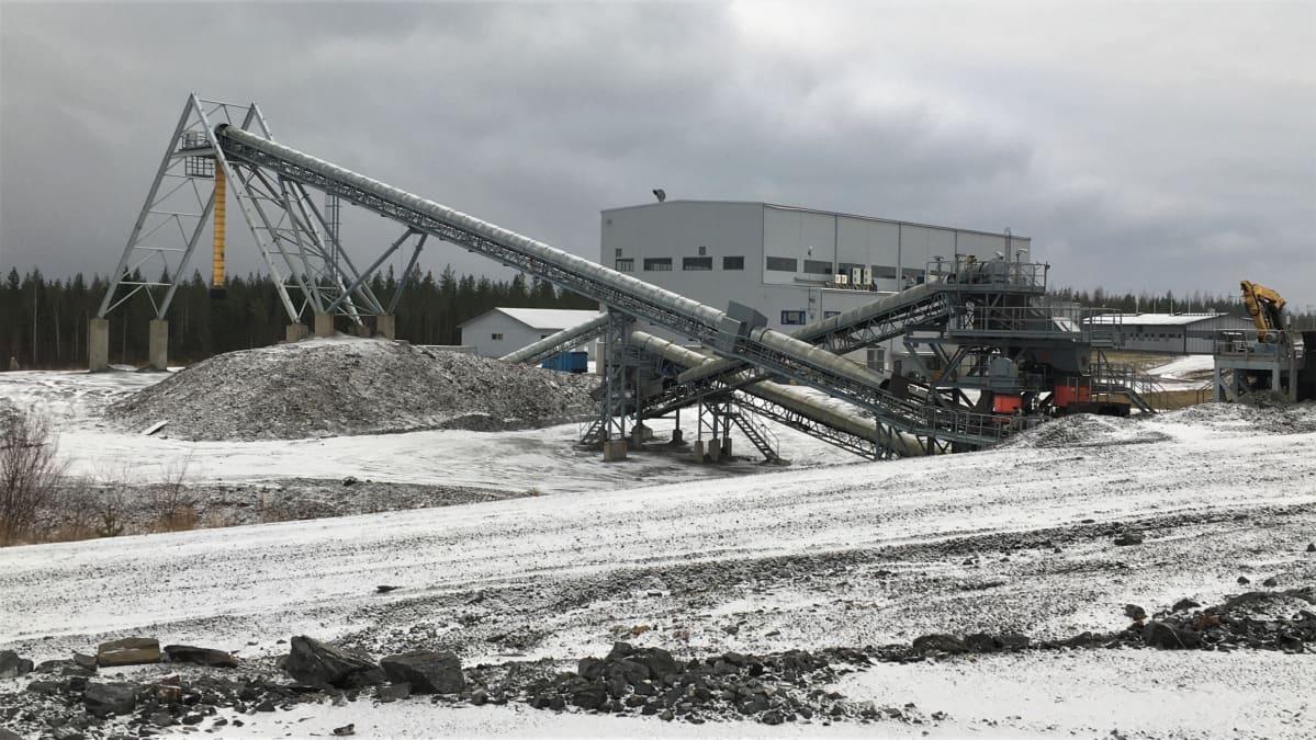 Endomines keskeytti kullan tuotannon Pampalon kaivoksessa Ilomantsin Hattuvaarassa syksyllä 2018. Kaivosalue on edelleen aution hiljainen marraskuussa 2020.