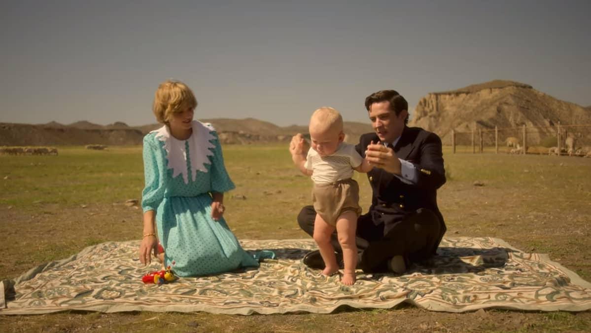 Emma Corrin, Josh O'Connor ja Lucas Barber-Grant ulkona viltin päällä.