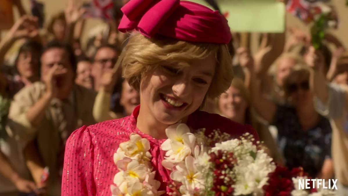 Näyttelijä Emma Corrin prinsessa Dianana.