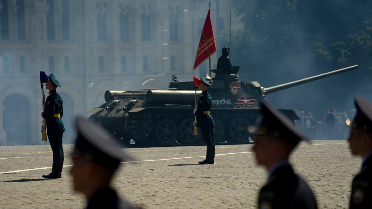 Panssarivaunu sotilasparaatissa.
