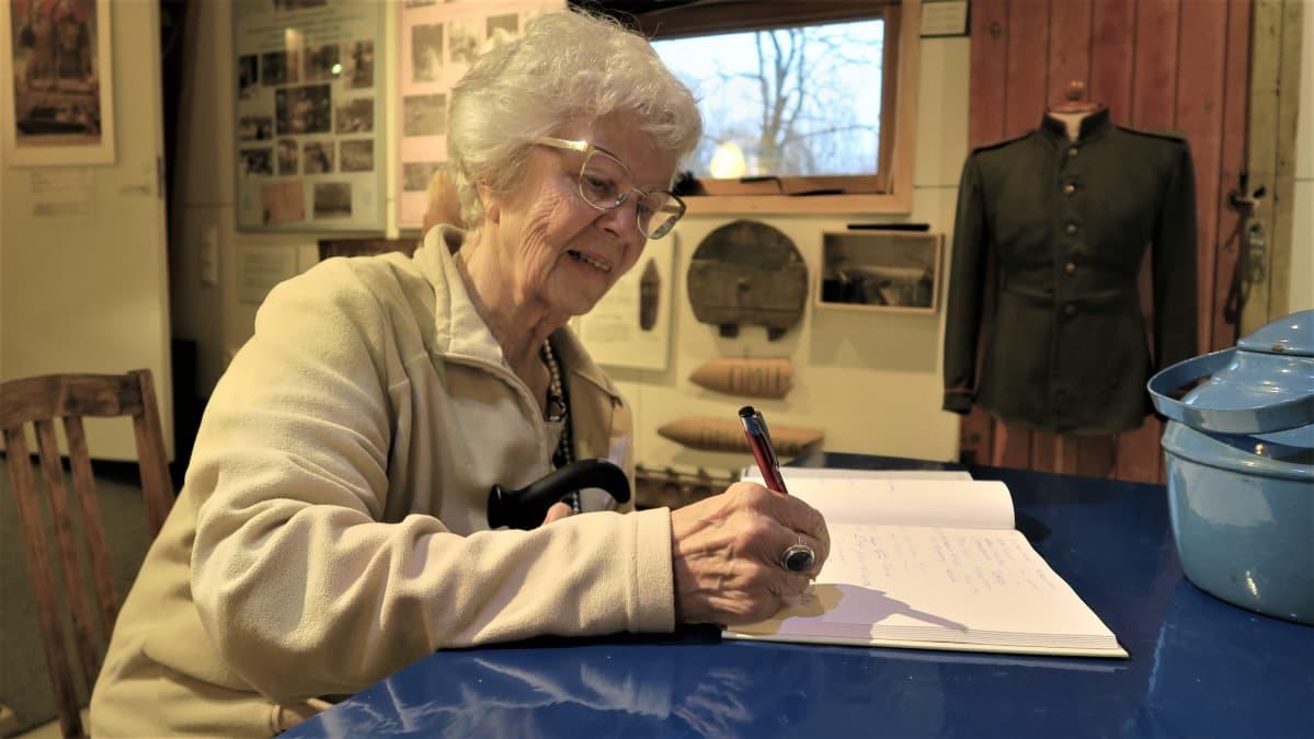 Ensi kesänä 85 vuotta täyttävä Dorrit Krook kirjoitti nimensä Igor-museon vieraskirjaan.