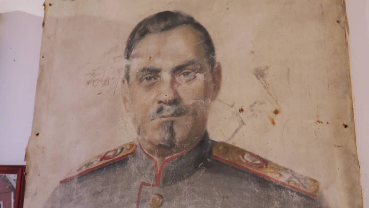 Nikolai Bulganinia esittävä muotokuva löytyi Porkkalassa sijaitsevan talon eristeistä vuokra-ajan päättymisen jälkeen.