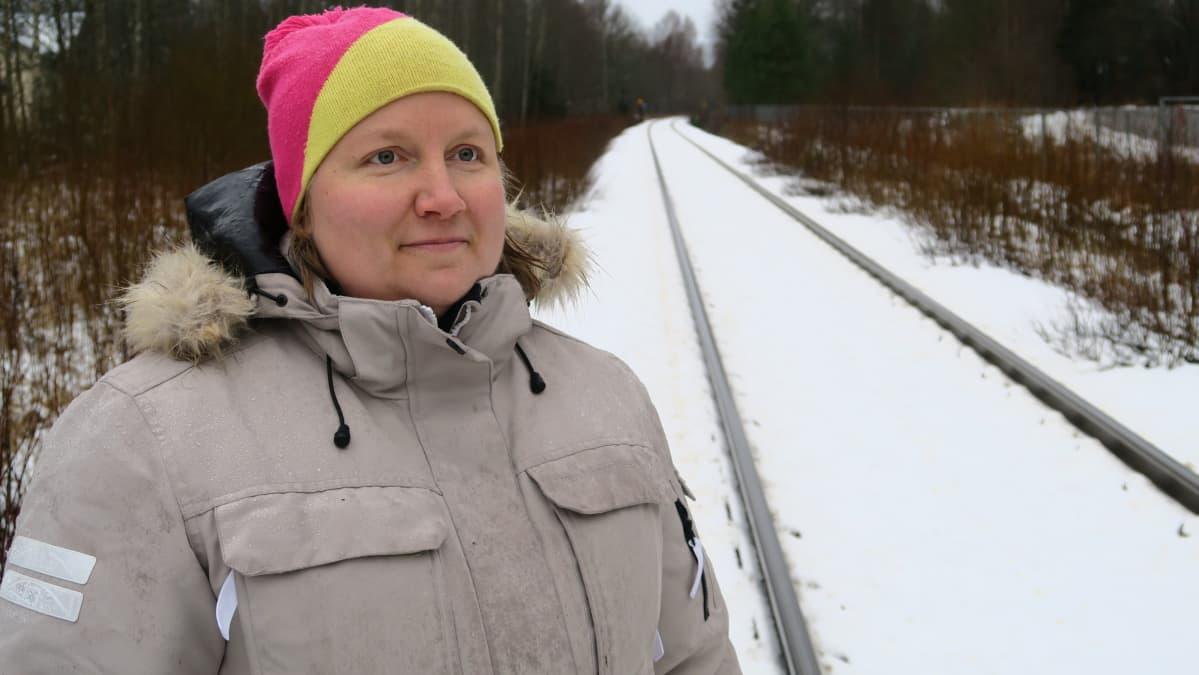Pirjo Kauppila perheineen on asunut Hangon radan lähellä sijaitsevassa talossa kuusi vuotta.