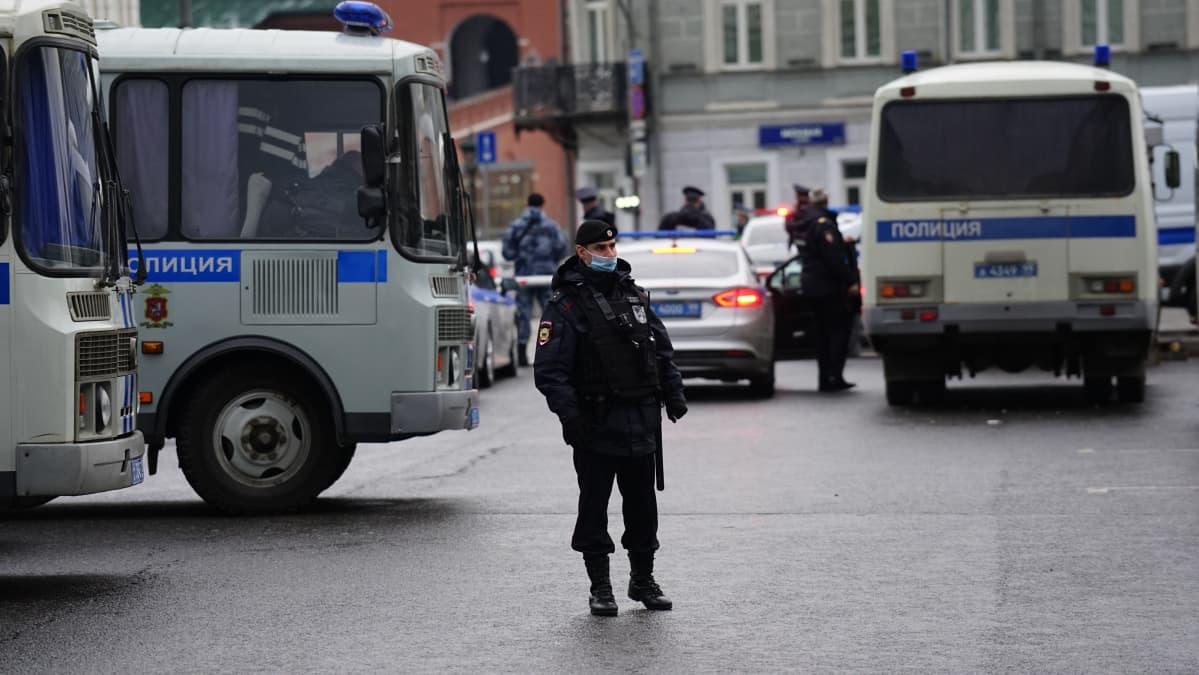 Moskovassa poliisit ovat valmiina mielenosoituksiin Maneesiaukion lähellä olevan metroaseman vieressä.