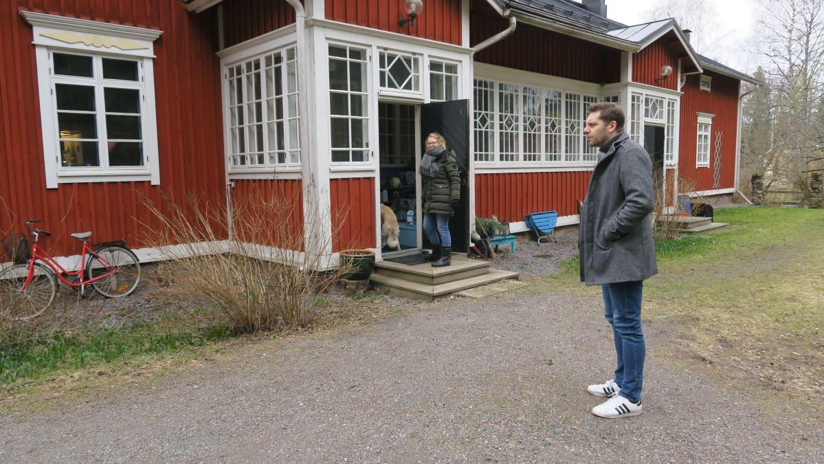 Aki Ollikainen asui Vares-Kantolassa kirjailijan uransa alussa vajaa kymmenen vuotta sitten. Kurtto koirineen tekee pian tilaa seuraavalle asukkaalle.