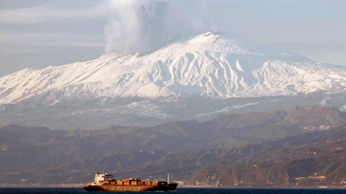 Tulivuori Etnasta purkautuu tuhkaa Sisiliassa.