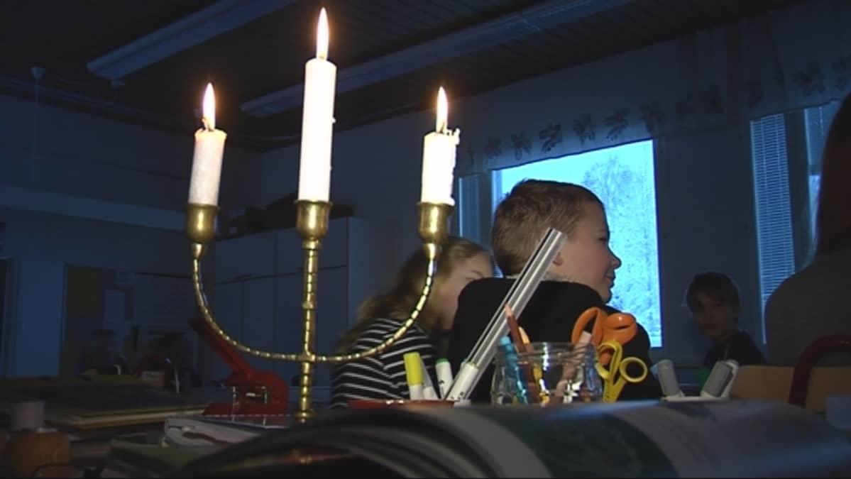 Pellosniemen koululla opiskellaan kynttilänvalossa.