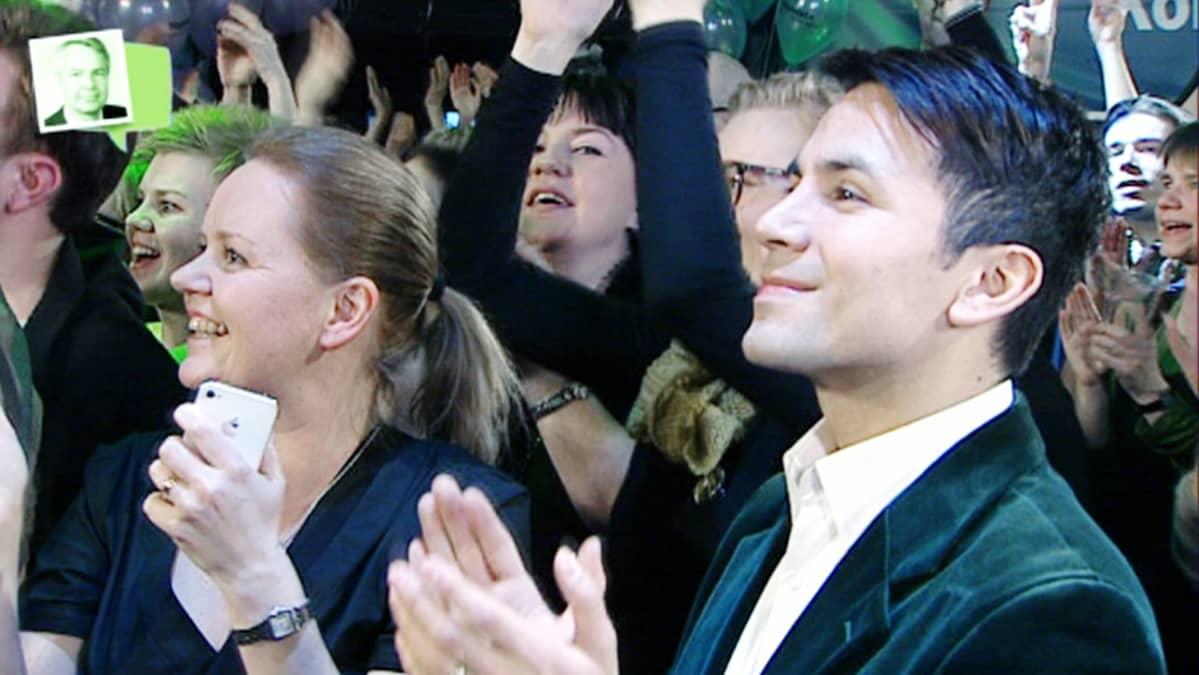 Pekka Haaviston puoliso  Antonio Flores iloitsi vihreiden vaalivalvojaisissa Tavastia-klubilla sunnuntaina.