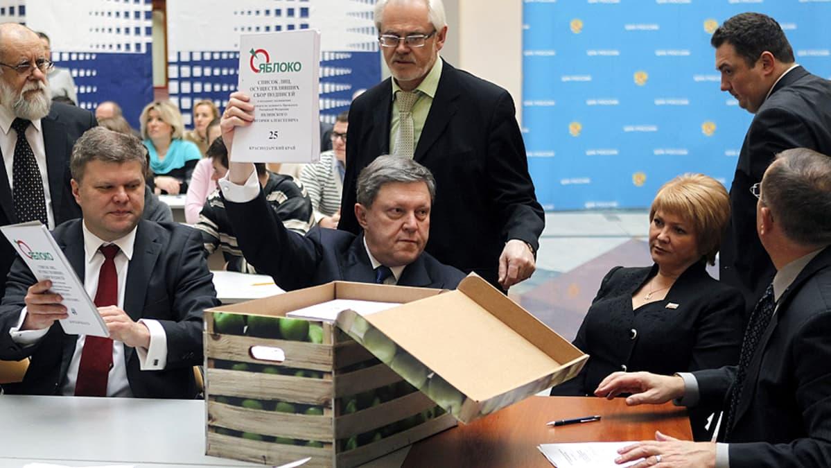 Jabloko-puolueen puheenjohtaja Grigori Javlinski esittelee keskusvaalilautakunnalle puolueen keräämiä kannattajakortteja.