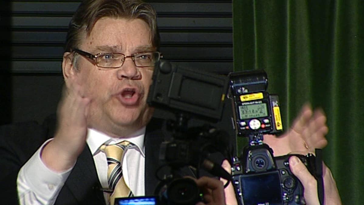 Timo Soini pitämässä puhetta vaali-iltana.