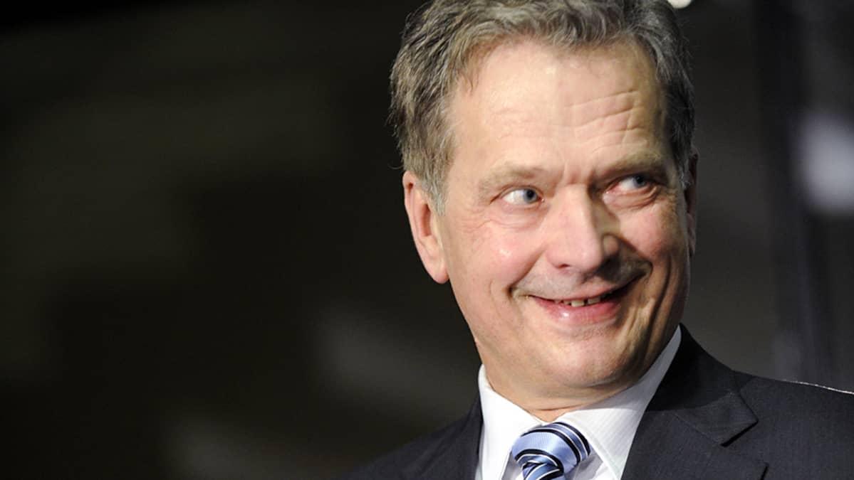 Sauli Niinistö hymyilee, kun presidentiksi valinta alkaa varmistua.