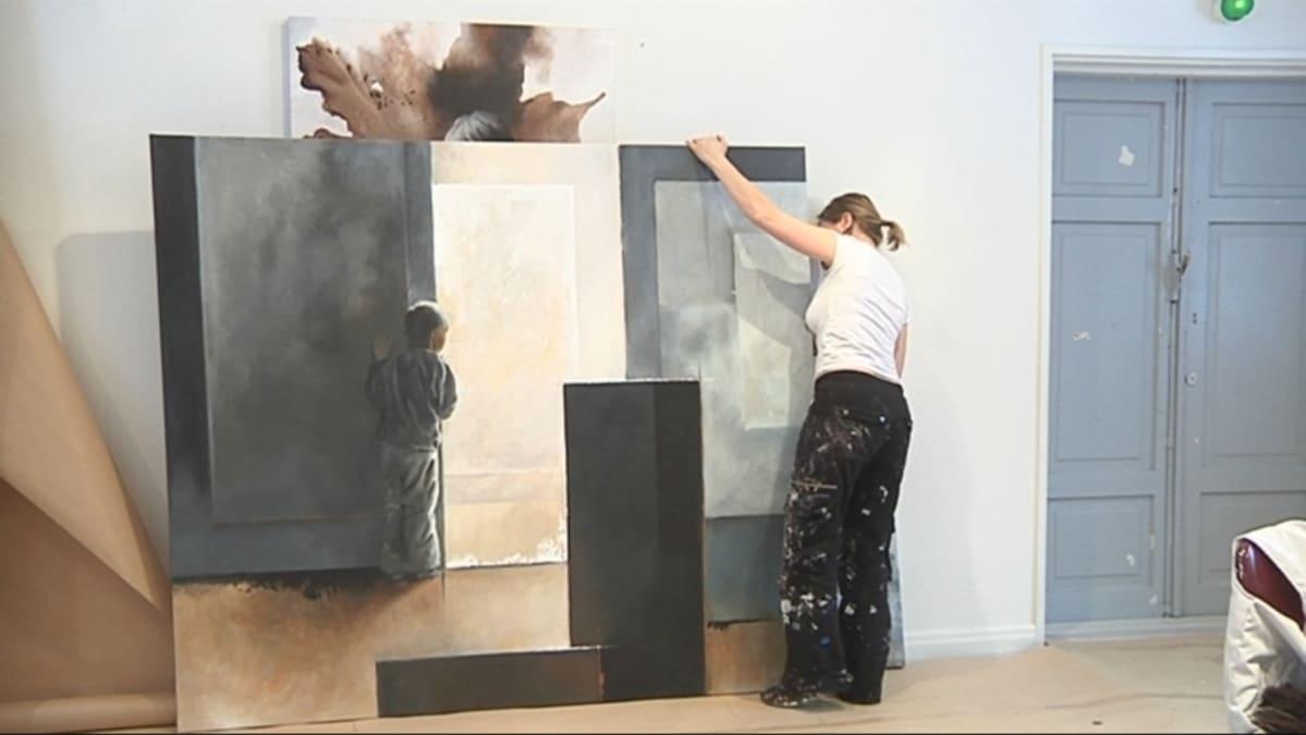 Netta Tiitinen siirtää työtään Salmelan ateljeessa.