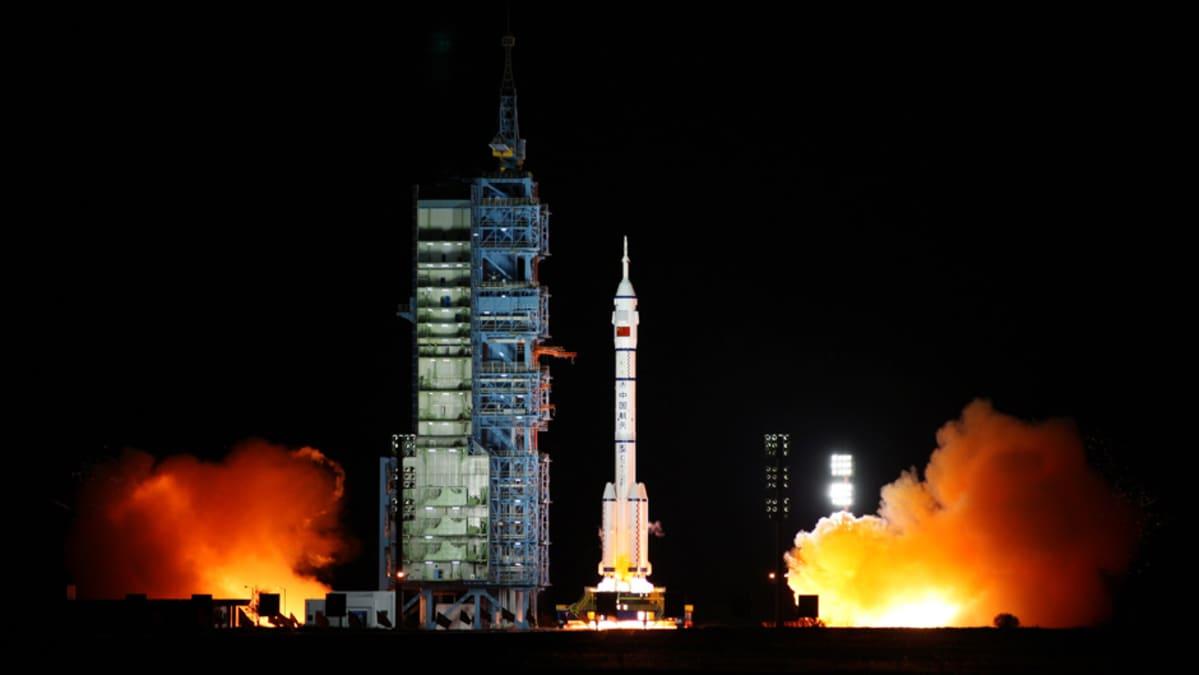 Kiinalainen Shenzhou-alus laukaistaan avaruuteen yön pimeydessä Gobin autiomaasta.