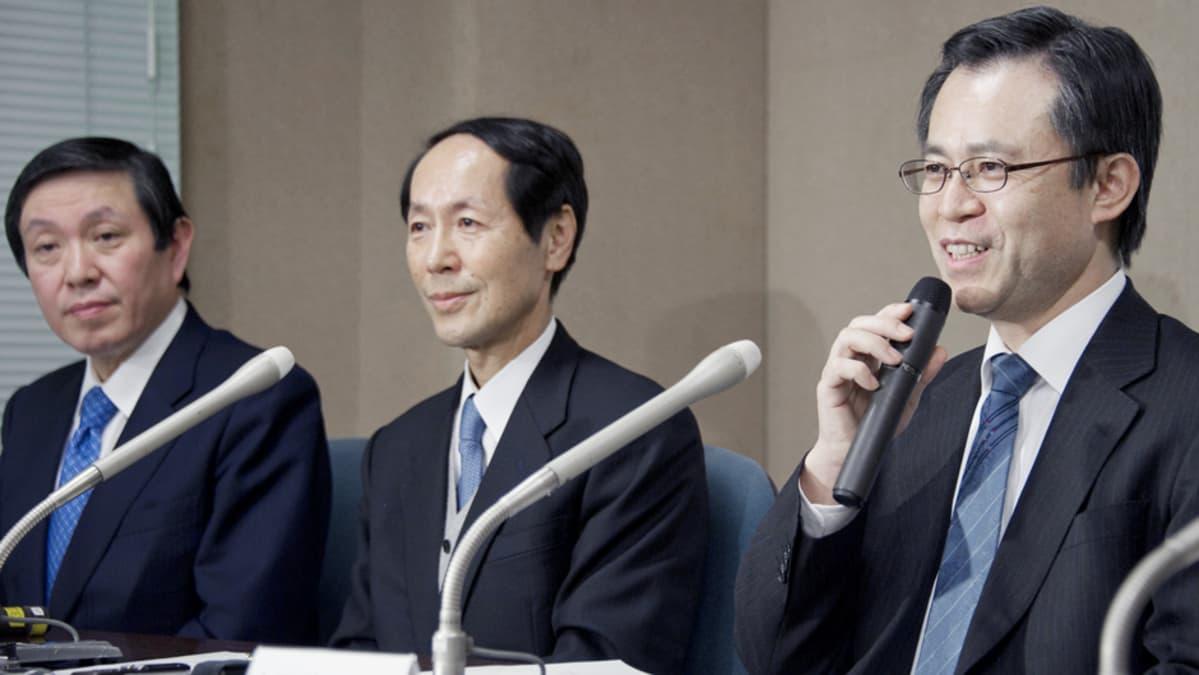 Takashi Kadowaki, Ryozou Nagai ja Minoru Ono  tiedotustilaisuudessa Japanissa.