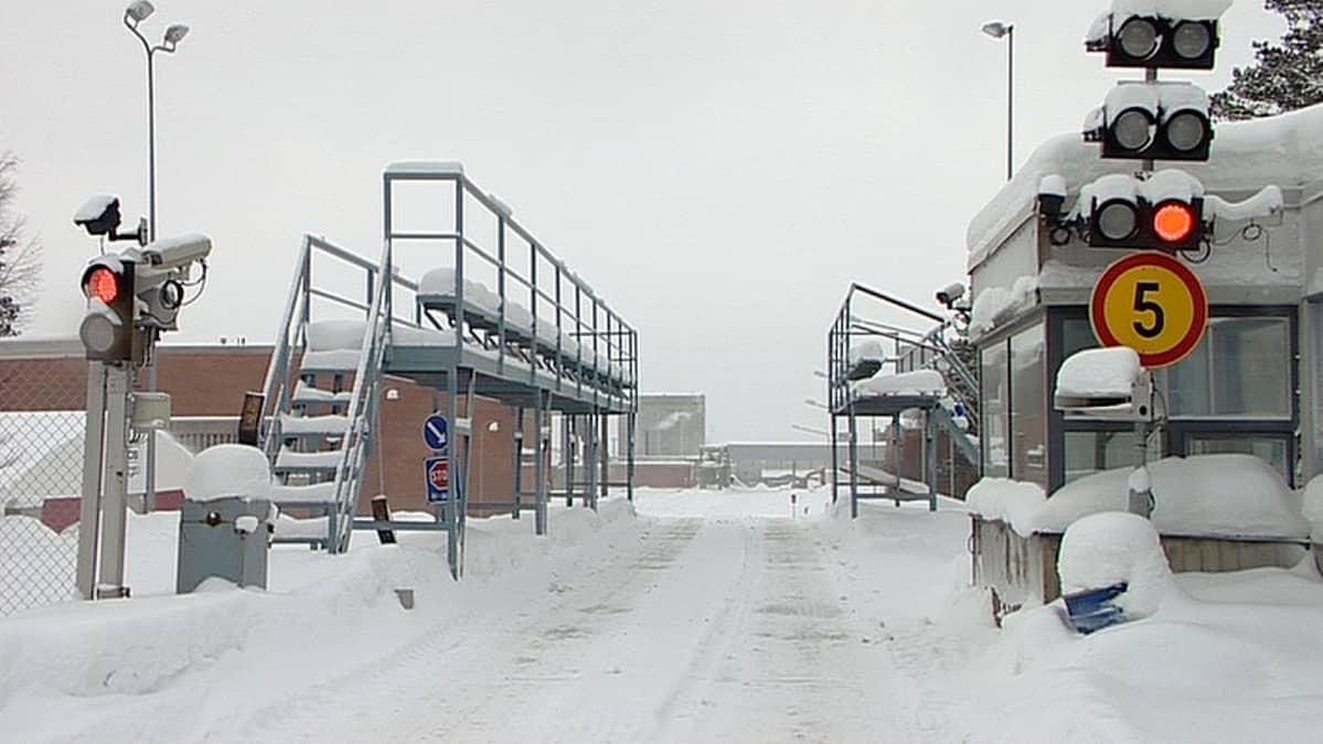 Kemijärven liimapuutehtaan portti.