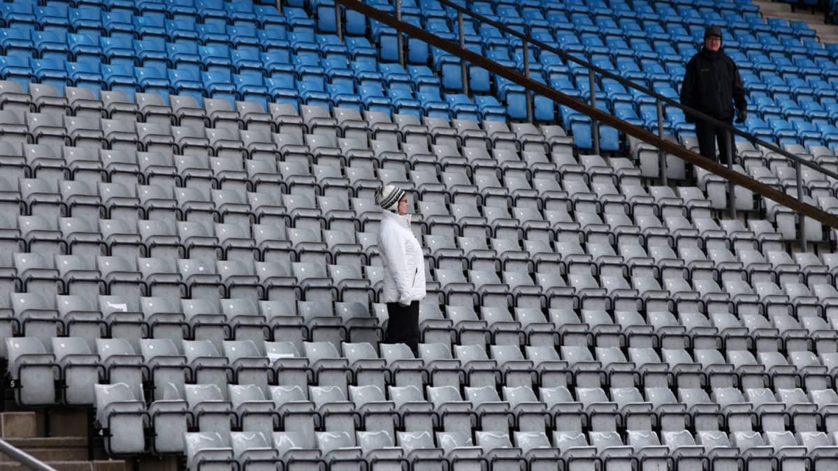 Tyhjä stadionin katsomo.