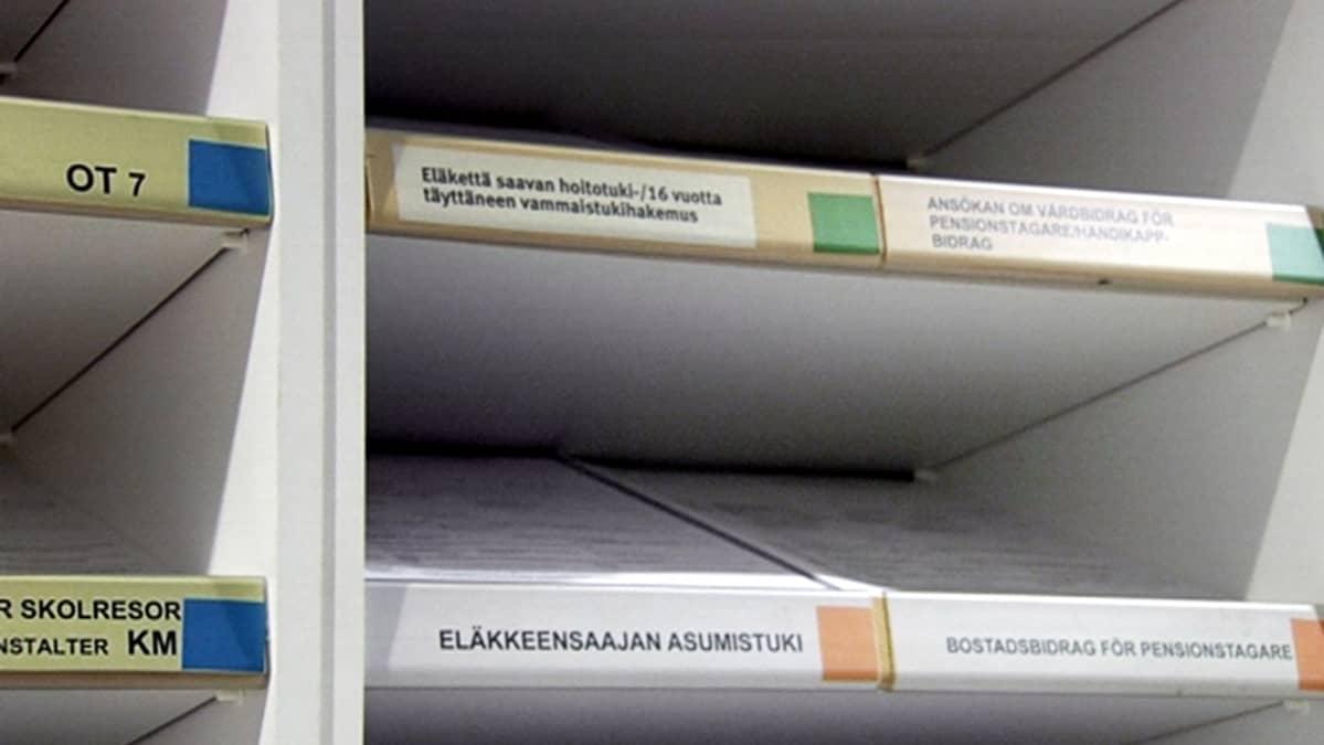 Eläkkeensaajan asumistuki -lomakkeita Kelan toimistossa.