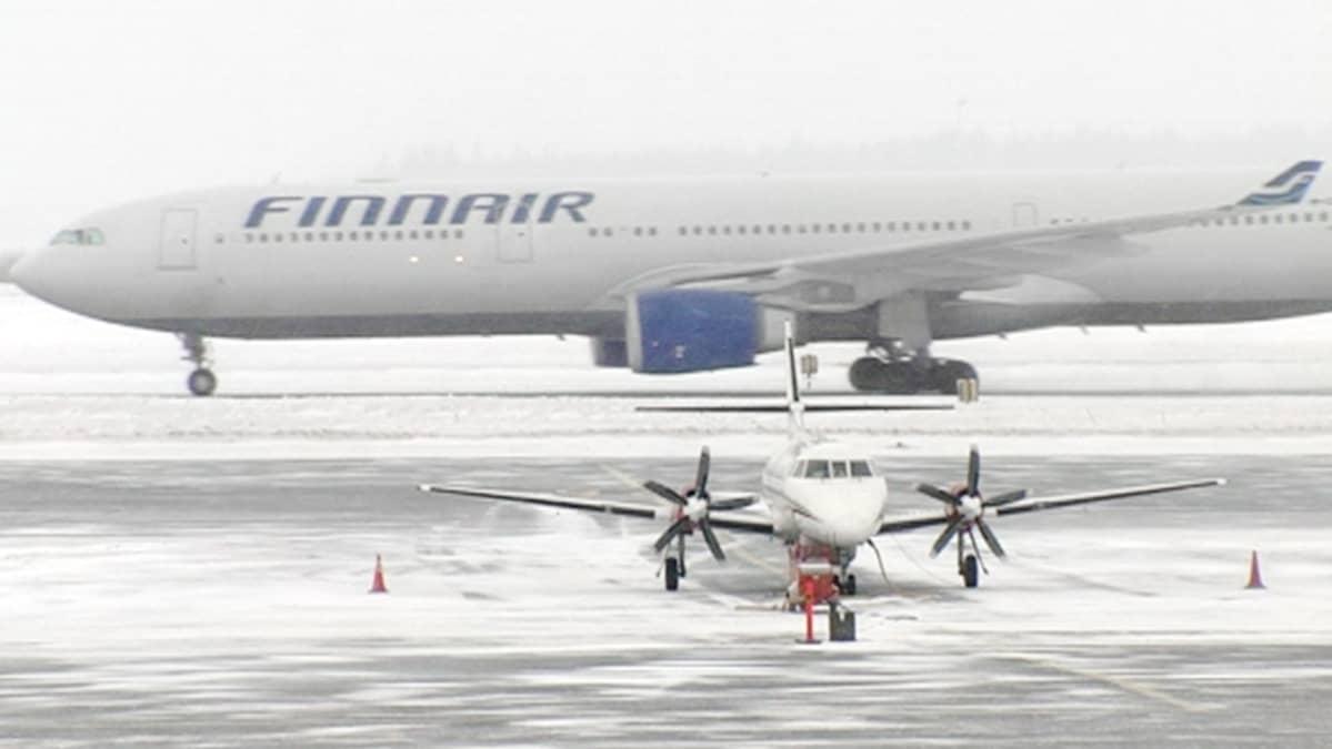 Finnairin lentokonetta huolletaan lentokentällä.