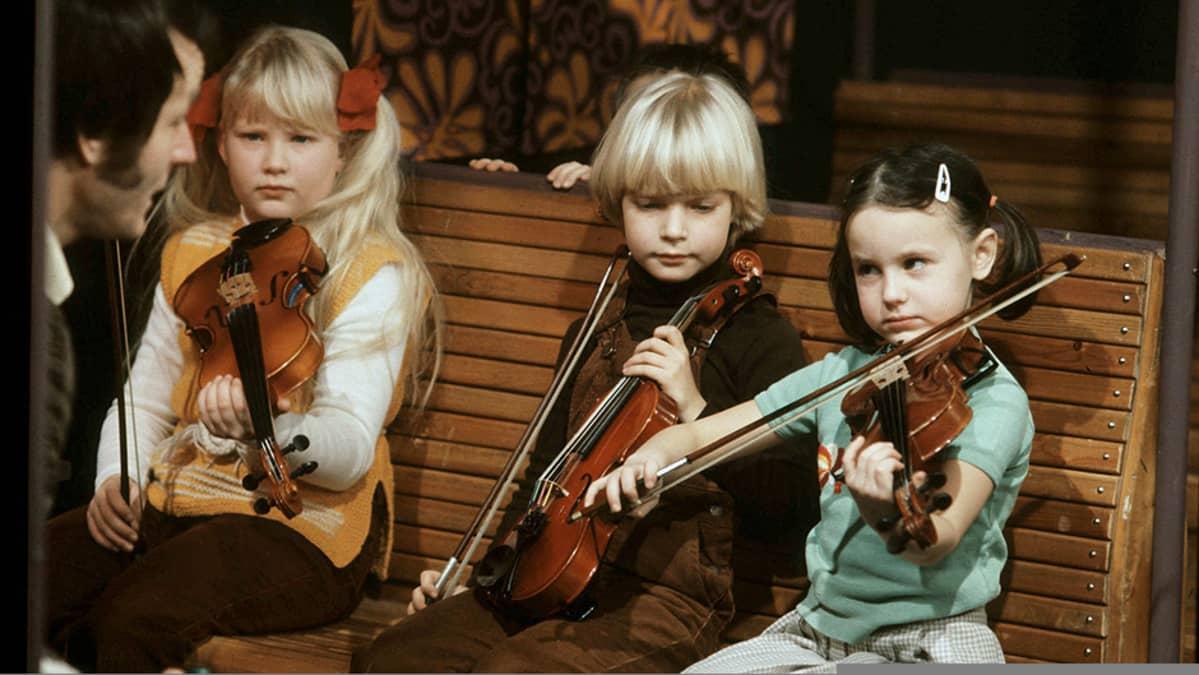 Viuluviikarit junassa maaliskuussa 1979. Opettaja Géza Szilvay, Linda Lampenius, Maiju Paukkunen ja Réka Szilvay.