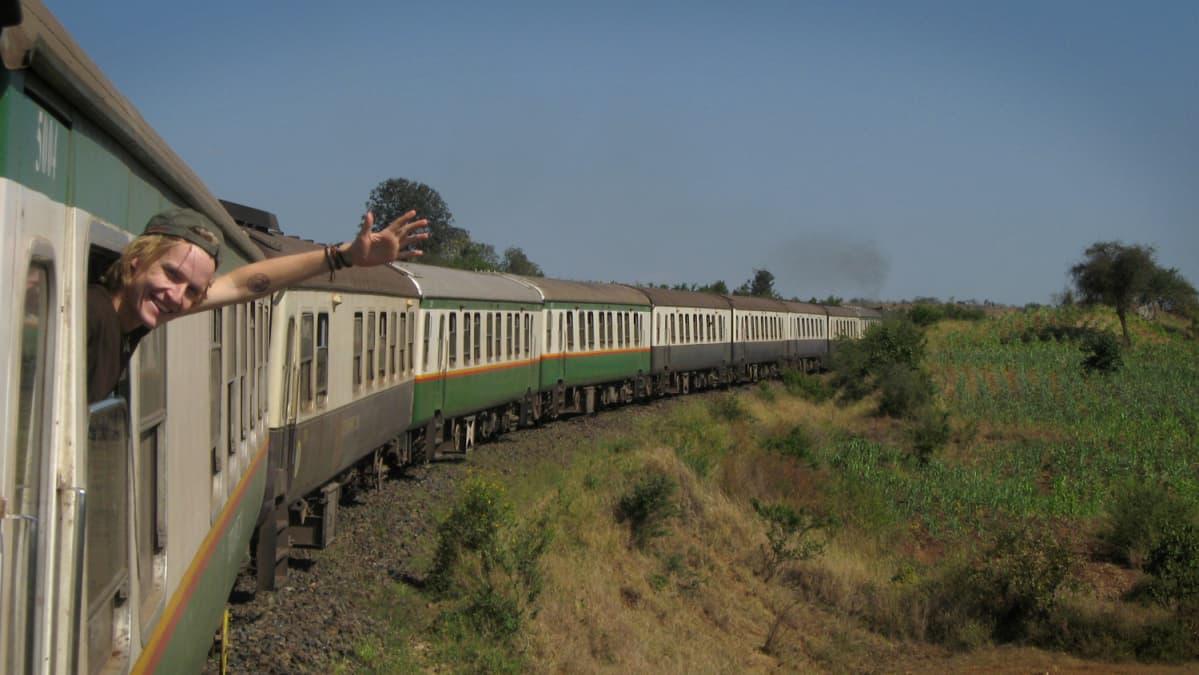 Pekka Järvelin matkalla Nairobiin junan kyydissä.