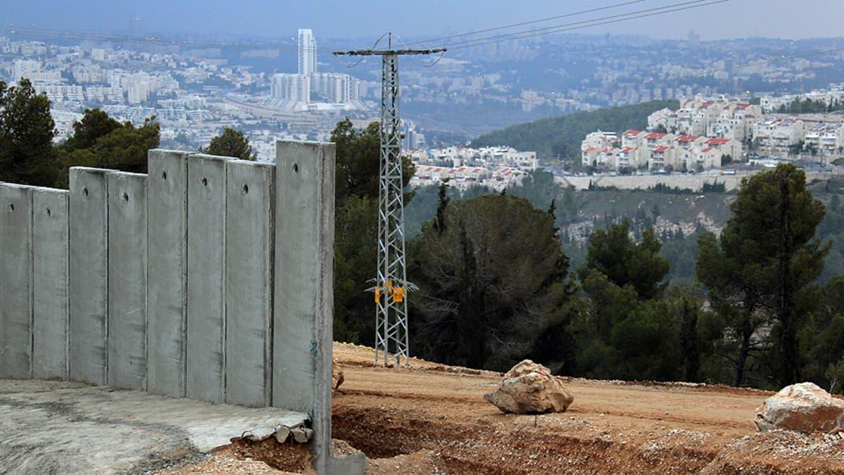 Osittain valmis Israelin rakentama turva-aita edessä päin näkyvän Gilon siirtokunnan ja Walajen palestiinalaiskylän välissä.