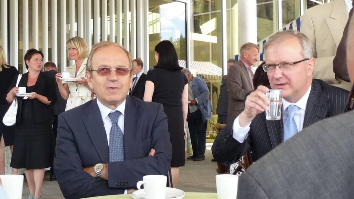 Pääjohtaja Erkki Liikanen ja komissaari Olli Rehn kahvitauolla