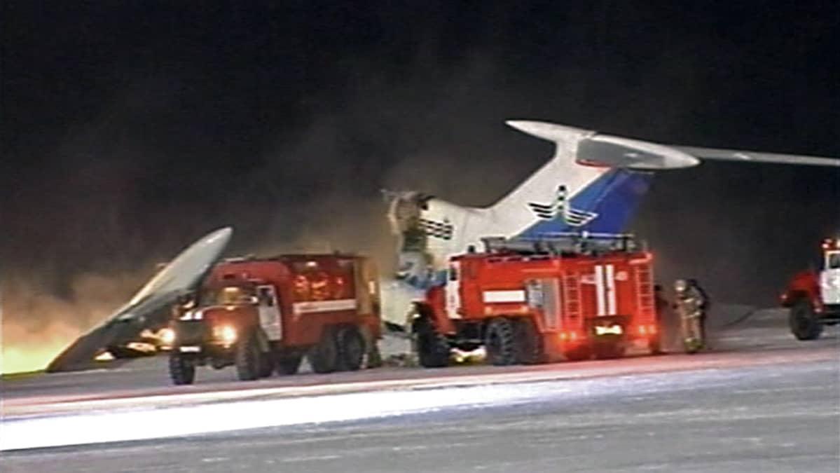 Räjähtäneen koneen kappaleita ja paloautoja lentokentällä