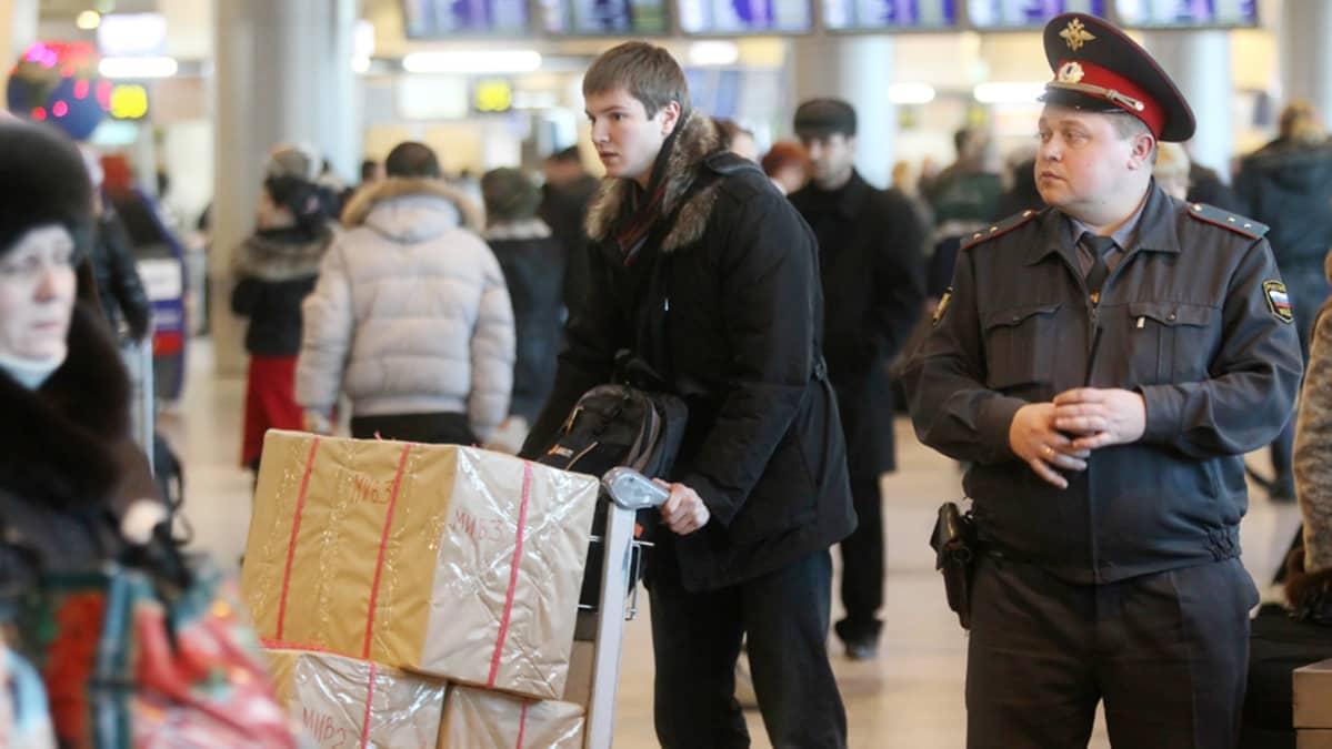 Venäläinen poliisi päivystää Domodedovon lentokentällä Moskovassa.