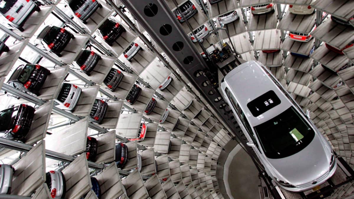 Uusia Volkswagen-autoja tehtaalla Wolfsburgin autokaupungissa Saksassa.
